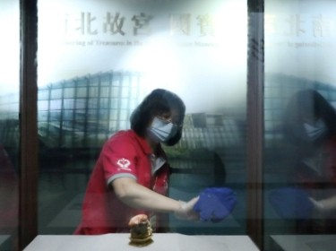 A staff member cleans and disinfects a display window to protect guests from the coronavirus disease (COVID-19) at the National Palace Museum in Taipei, Taiwan, March 17, 2020. Photo by Ann Wang/Reuters