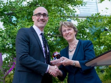 Arthur Brooks accepts Alumni Leadership Award from Dean Susan Marquis
