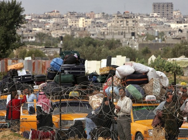 Palestinians wait to cross the Rafah border after it was reopened in the Gaza Strip, November 27, 2005