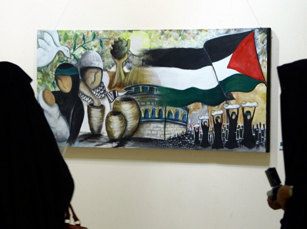 "Visitors look at a painting by Saudi artist Hana Hajar in Riyadh, October 5, 2009, as part of celebrations to mark Jerusalem's tenure as the Arab League's ""Capital of Arab Culture"" for 2009"