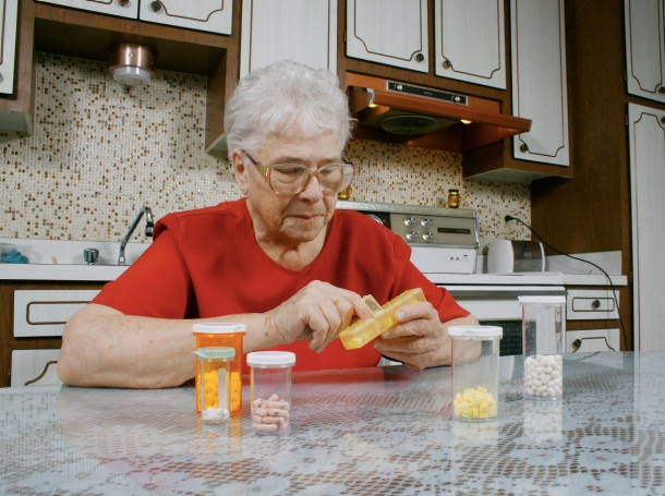 woman organizing her pills