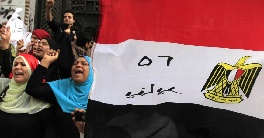 Protesters opposing Egyptian President Mohamed Mursi shout slogans in front of the courthouse and Office of the Attorney General, near Tahrir Square in Cairo, February 22, 2013