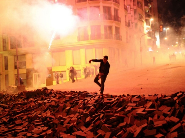 Protestors clash with Turkish riot policemen on the way to Taksim Square in Istanbul on June 5, 2013
