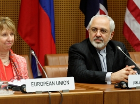 European Union foreign policy chief Catherine Ashton and Iranian Foreign Minister Mohammad Javad Zarif wait for the start of talks in Vienna April 9, 2014
