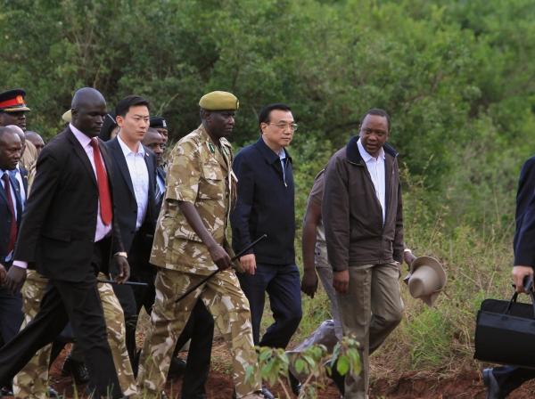 Chinese Premier Li Keqiang (2nd R) and Kenyan President Uhuru Kenyatta (R) arrive in Nairobi National Park May 10, 2014
