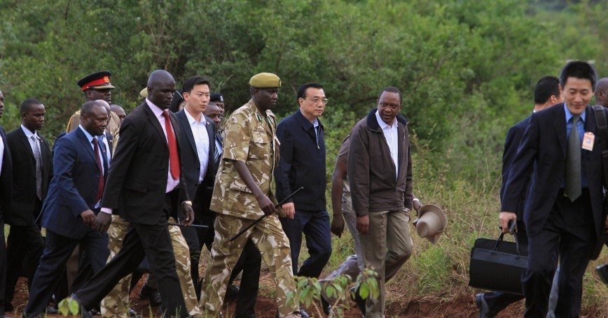 Chinese Premier Li Keqiang (2nd R) and Kenyan President Uhuru Kenyatta (R) arrive in Nairobi National Park May 10, 2014