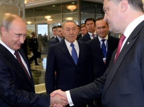 Russian President Vladimir Putin shakes hands with his Ukrainian counterpart, Petro Poroshenko, in Minsk, August 26, 2014