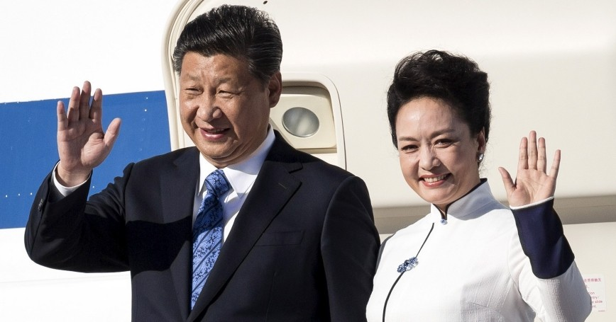 Chinese President Xi Jinping and First Lady Peng Liyuan arrive at Paine Field in Everett, Washington, September 22, 2015