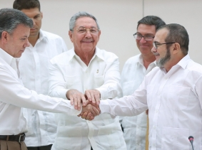 Cuba's President Raul Castro stands between Colombia's President Juan Manuel Santos and FARC rebel leader Rodrigo Londono, a.k.a. Timochenko, in Havana, September 23, 2015, as they agreed to reach a final peace agreement within six months, photo by Alexandre Meneghini/Reuters