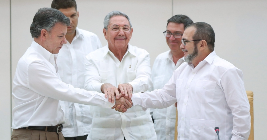Cuba's President Raul Castro stands between Colombia's President Juan Manuel Santos and FARC rebel leader Rodrigo Londono, a.k.a. Timochenko, in Havana, September 23, 2015, as they agreed to reach a final peace agreement within six months