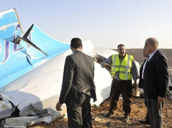 Egypt's Prime Minister Sherif Ismail (right) listens to rescue workers as he looks at the remains of a Russian airliner after it crashed in central Sinai, north Egypt, October 31, 2015