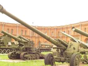 152 mm 2A65 Msta-B howitzers in the Saint-Petersburg Artillery museum, photo by One half 3544/Wikimedia