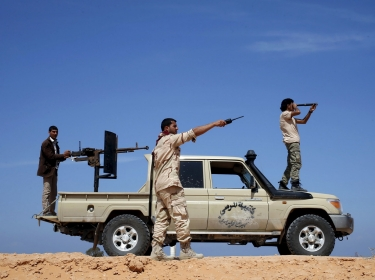 Libya Dawn fighters watch Islamic State militant positions near Sirte March 19, 2015