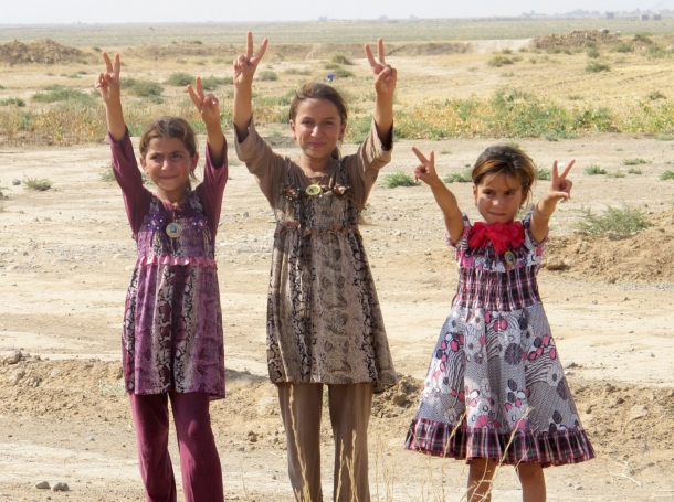 Iraqi girls gesture peace signs after Iraqi security forces entered the town of Amerli, September 1, 2014