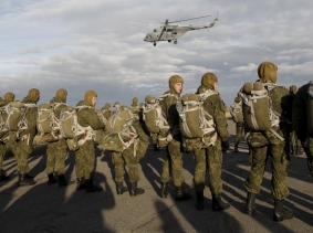 Russian paratroopers wait to board a helicopter during a military exercise outside the southern city of Stavropol, Russia, October 27, 2015, photo by Eduard Korniyenko/Reuters