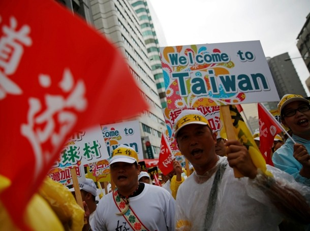 People in the Taiwanese tourism industry take part in a march calling for the government to tackle the falling number of Chinese tourists visiting the island since Tsai Ing-wen took office, in Taipei, September 12, 2016