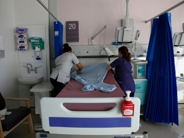 Nurses prepare a bed on a ward at St Thomas' Hospital in central London January 28, 2015