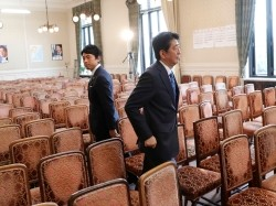 Japan's Prime Minister Shinzo Abe (right) and lawmaker Shinjiro Koizumi part ways at the Parliament in Tokyo, September 28, 2017