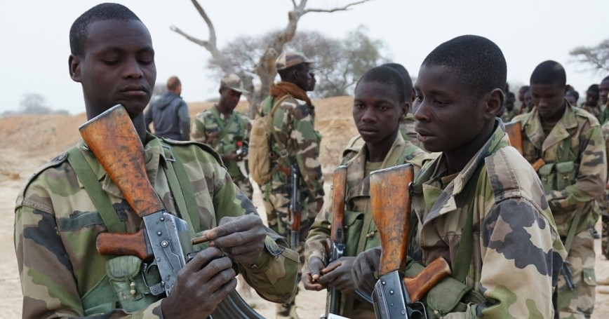 Nigerien soldiers prepare their magazines for a dismounted patrol during Exercise Flintlock 2017 in Diffa, Niger, March 11, 2017