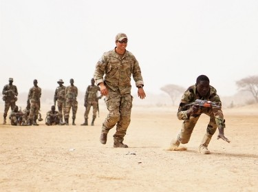 A U.S. Army Special Forces weapons sergeant observes a Nigerien soldier while practicing buddy team movement drills in Diffa, Niger, March 11, 2017