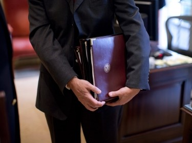 A briefer holds a briefing book prior to the Presidential Daily Briefing in the Outer Oval Office, March 10, 2009