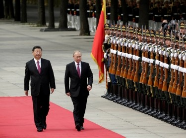 Chinese President Xi Jinping and Russian President Vladimir Putin attend a welcome ceremony outside the Great Hall of the People in Beijing, China, June 8, 2018