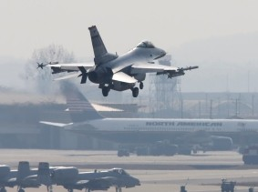 An F-16 fighter jet lands at a U.S. Air Force base in Osan, South Korea, April 3, 2013, photo by Lee Jae Won/Reuters