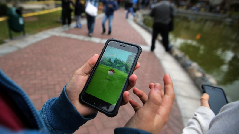 People play Pokémon Go at El Olivar park in the San Isidro district of Lima, Peru, September 2, 2016, photo by Mariana Bazo/Reuters