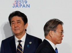 South Korean President Moon Jae-In (R) and Japanese Prime Minister Shinzo Abe at the G20 leaders summit in Osaka, Japan, June 28, 2019, photo by Kim Kyung Hoon/Reuters