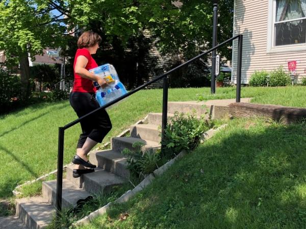 Cincinnati DoorDash worker Renee Shell delivers an order from Walmart in Cincinnati, Ohio, July 1, 2018, photo by Lisa Baertlein/Reuters