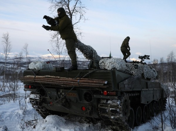 Soldiers from the Norwegian Army prepare their tank during a military drill in Setermoen, Norway, October 30, 2019, photo by Stoyan Nenov/Reuters