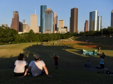 Crowds gather at Buffalo Bayou Park as social distancing guidelines to curb the spread of COVID-19 are relaxed in Houston, Texas, May 4, 2020, photo by Callaghan O'Hare/Reuters