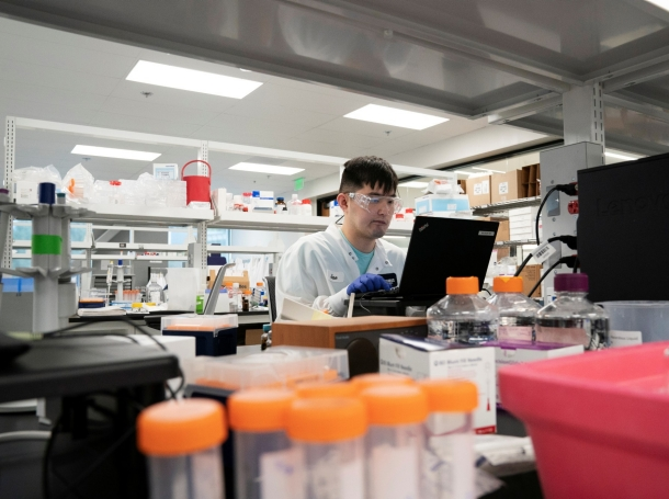 Research assistant Jae-Heon Kim conducts research on a vaccine for the novel coronavirus at a laboratory in San Diego, California, March 17, 2020, photo by Bing Guan/Reuters