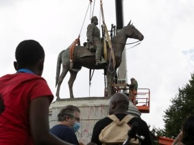 People watch as crews take down the statue to Confederate general Stonewall Jackson in Richmond, Virginia, July 1, 2020, photo by Julia Rendleman/Reuters