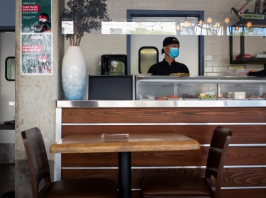 A sushi chef waits for diners as Miami-Dade County allows indoor servicing in restaurants after easing some lockdown measures in Miami, Florida, August 31, 2020, photo by Marco Bello/Reuters