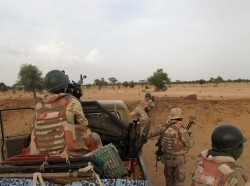 Niger soldiers guard with their weapons pointed towards the border with neighbouring Nigeria, near the town of Diffa, Niger, June 21, 2016, photo by Luc Gnago/Reuters