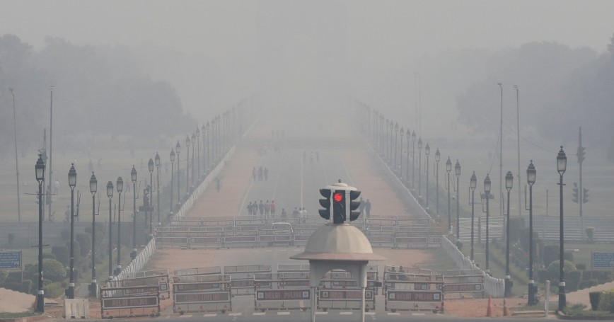 People walk near India Gate on a smoggy afternoon in New Delhi, India, November 15, 2020, photo by Adnan Abidi/Reuters