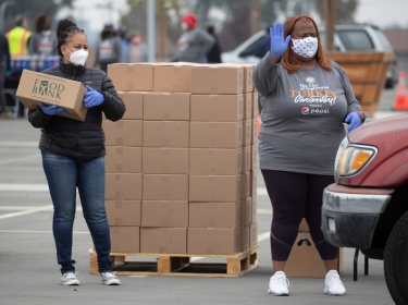 Volunteers help at an annual Thanksgiving turkey giveaway, Inglewood, California, November 23, 2020, photo by Mike Blake/Reuters
