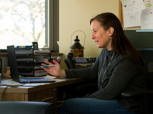 Therapist Heather Guinn conducts a virtual session with a patient via telemedicine, April 22, 2020, photo by MaCabe Brown/Courier & Press/Reuters
