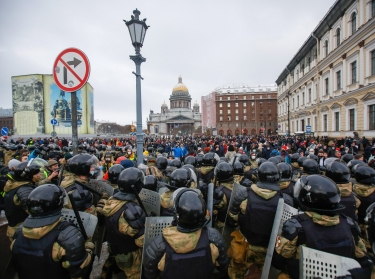 National guard block the street during a protest against the detention of the opposition leader Alexei Navalny in St. Petersburg, Russia, January 31, 2021, photo by Sergei Mikhailichenko/SOPA/Reuters