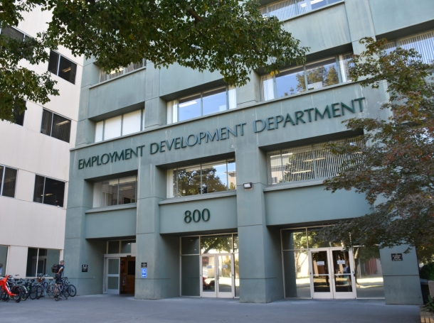 People line up outside the Kentucky Career Center before opening to find assistance with their unemployment claims in Frankfort, Kentucky, June 18, 2020, photo by Bryan Woolston/Reuters