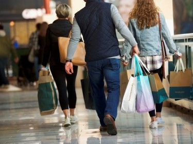 Shoppers carry purchases at the King of Prussia Mall, in King of Prussia, Pennsylvania, December 8, 2018, photo by Mark Makela/Reuters