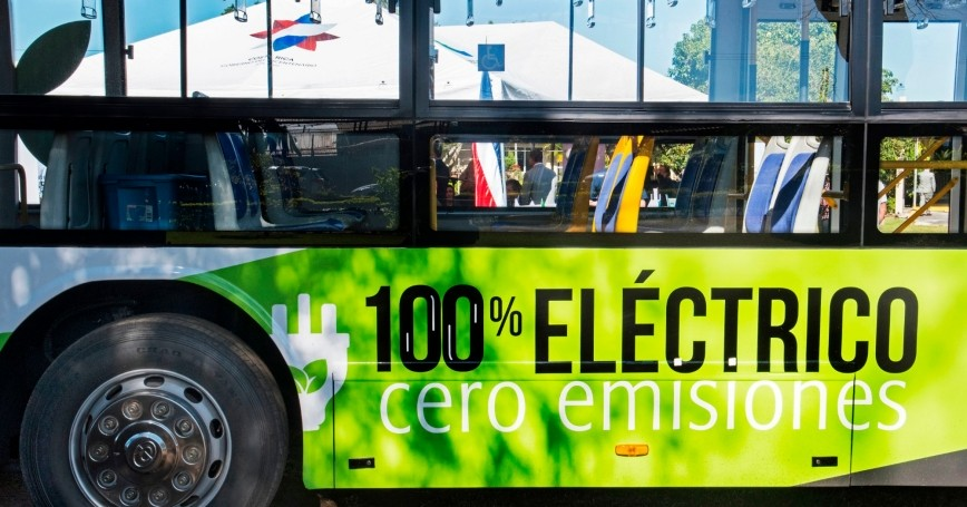 An electric bus in San Jose, Costa Rica, on March 5, 2020, photo by Ezequiel Becerra/Getty Images