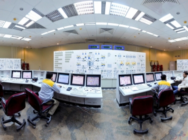 Russian (L and R) and Iranian operators monitor the nuclear power plant unit in Bushehr, about 1,215 km (755 miles) south of Tehran, November 30, 2009