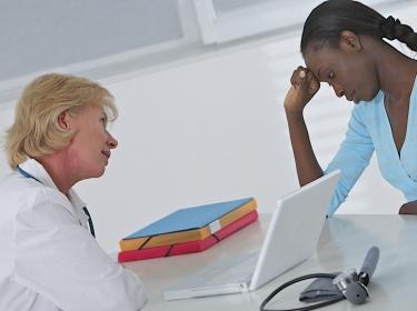 stress, santé, coùprendre, médecin, deprime, blonde, face à face, noire, fond blanc, bureau, patiente, déprime, de profil, hôpital, dialogue, médical, brune, femme, ordinateur, consultation, geste