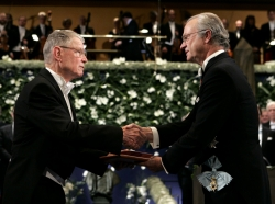 Thomas Schelling (left) receives the Nobel Prize in economics from Sweden's King Carl XVI Gustaf in Stockholm, December 10, 2005