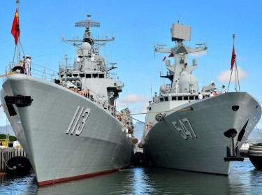 The Chinese People's Liberation Army-Navy Jiangkai-class frigate Linyi (FFG 547) moors alongside the Luhu-class destroyer Qingdao (DDG 113) following the ships' arrival.