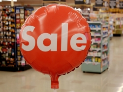 Attention-getting sale balloon at a grocery store