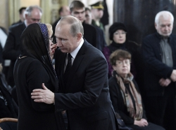 Russian President Vladimir Putin comforts the widow of Andrei Karlov, Russia's former ambassador to Turkey, at a memorial ceremony in Moscow, December 22, 2016