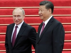 Chinese President Xi Jinping and Russian President Vladimir Putin attend a welcome ceremony outside the Great Hall of the People in Beijing, China, June 8, 2018.